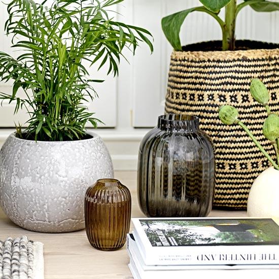 En verre ou en céramique transparent ou coloré le vase est incontournable pour fleurir votre intérieur facile à insérer dans votre décoration